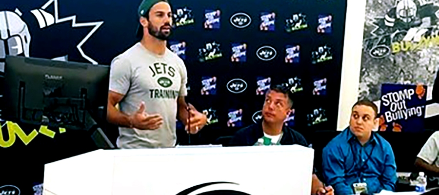 Jets wide receiver Eric Decker at a bullying event. (Photo by Adam Schrader)